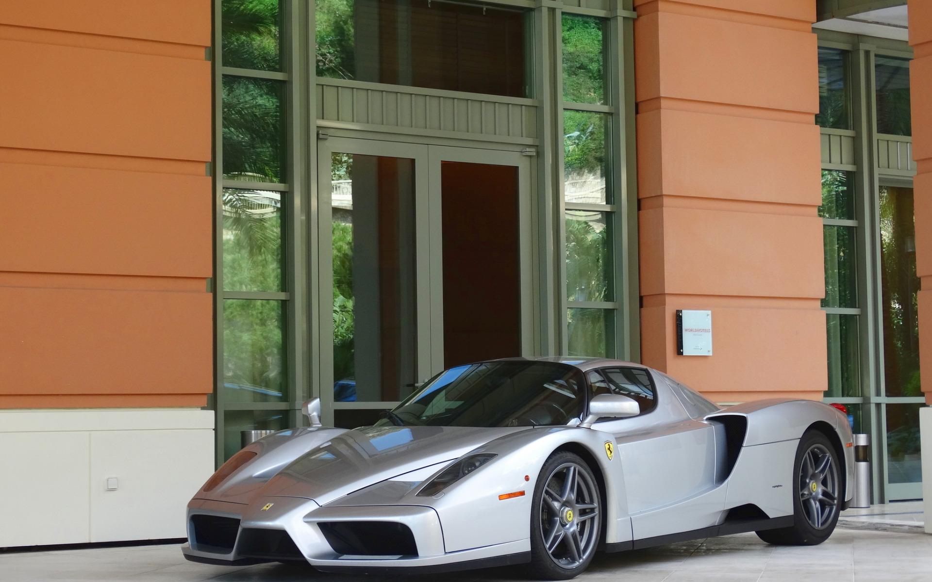 Черный спортивный автомобиль Ferrari Enzo  № 2892549 без смс