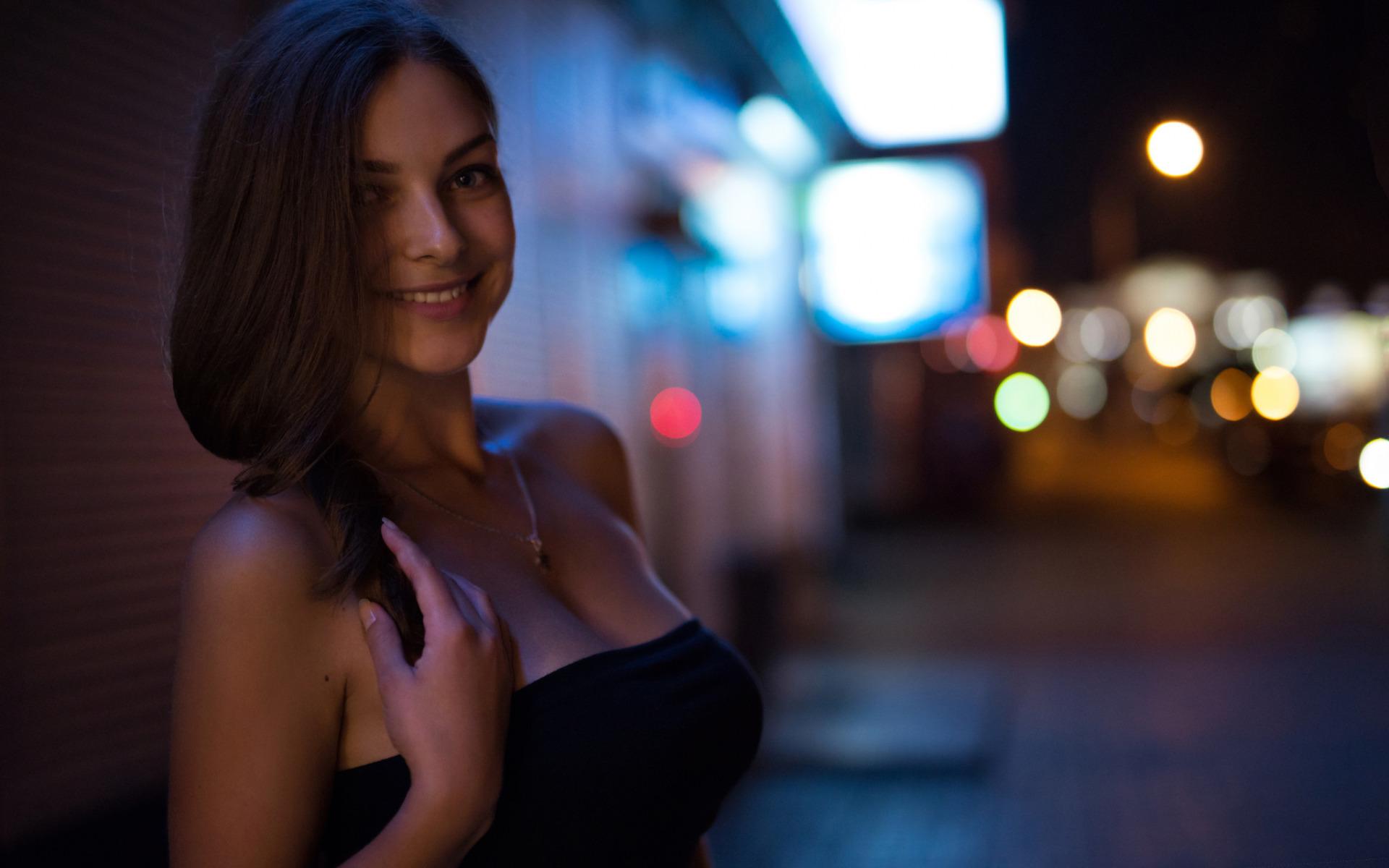 Лилипутами девушка вечером в одной красивой кофточке выделение сока