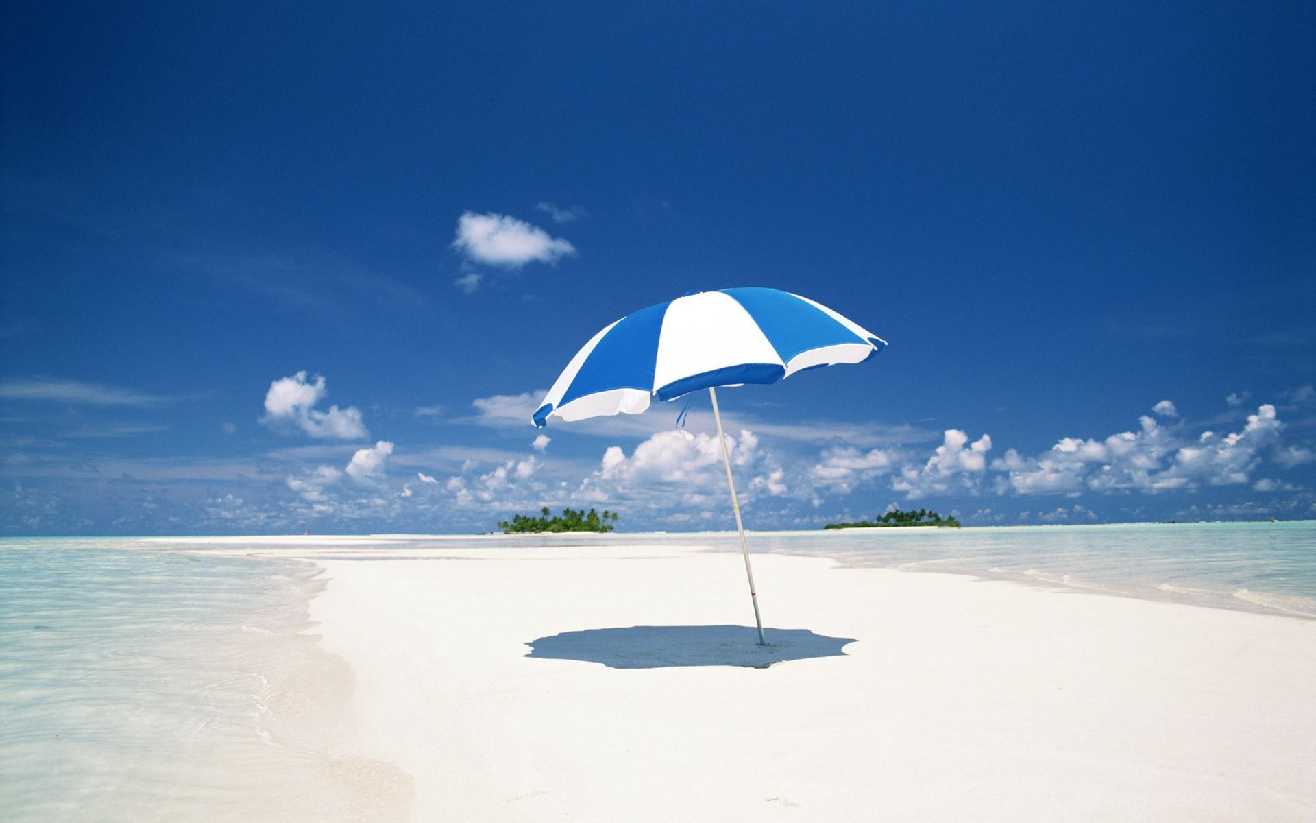 Пляж с желтыми зонтами  № 1497347 без смс
