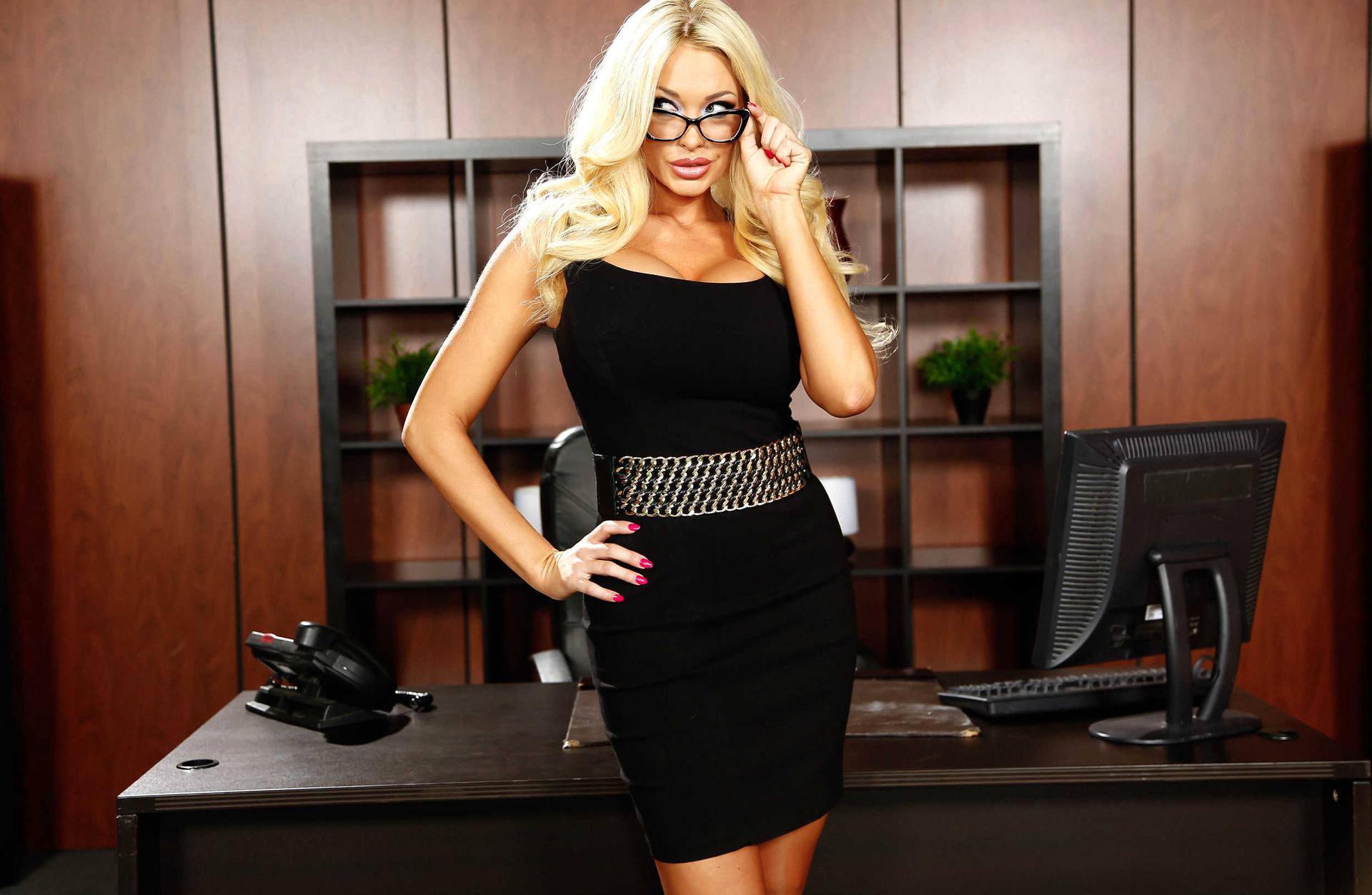 Фото красивых девушек блондинок в офисе #2