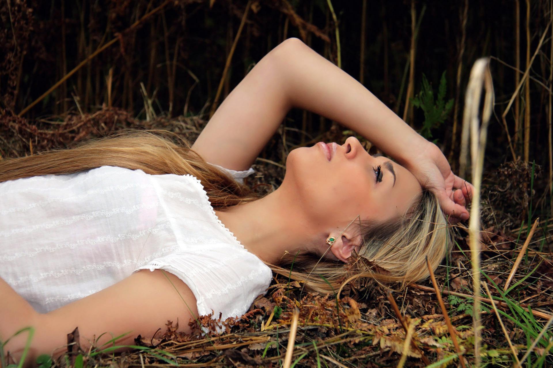 девушка трава блондинка  № 2678707 бесплатно