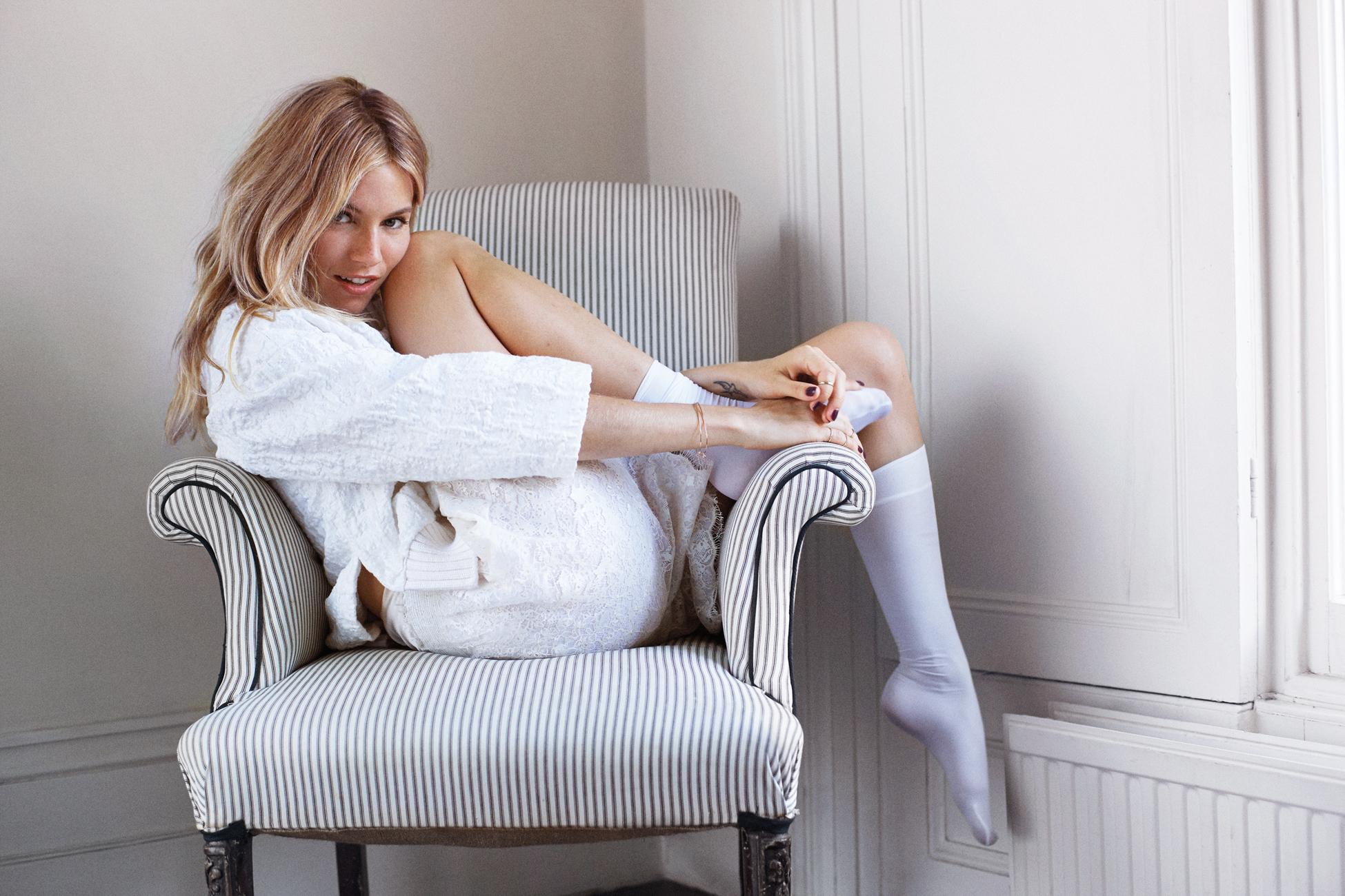Профессиональные снимки молодой модели на белом диване  552889