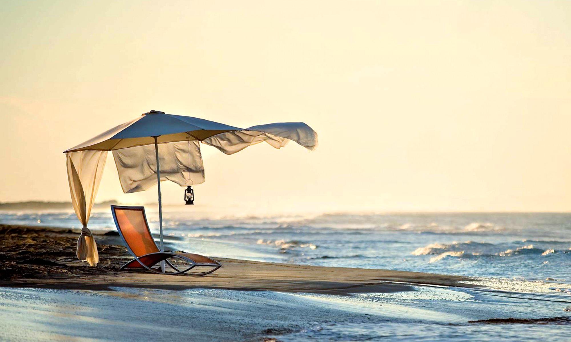 Пляж с желтыми зонтами  № 1497359  скачать