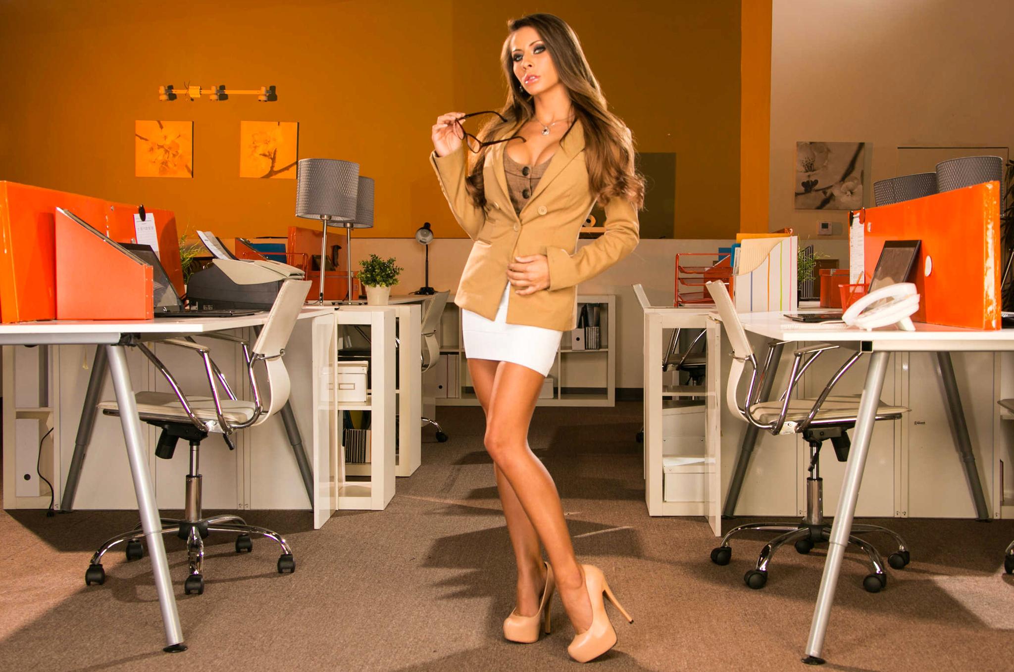 у начальника на рабочем столе размещается красивый и сексуальный секретарь всего лишь
