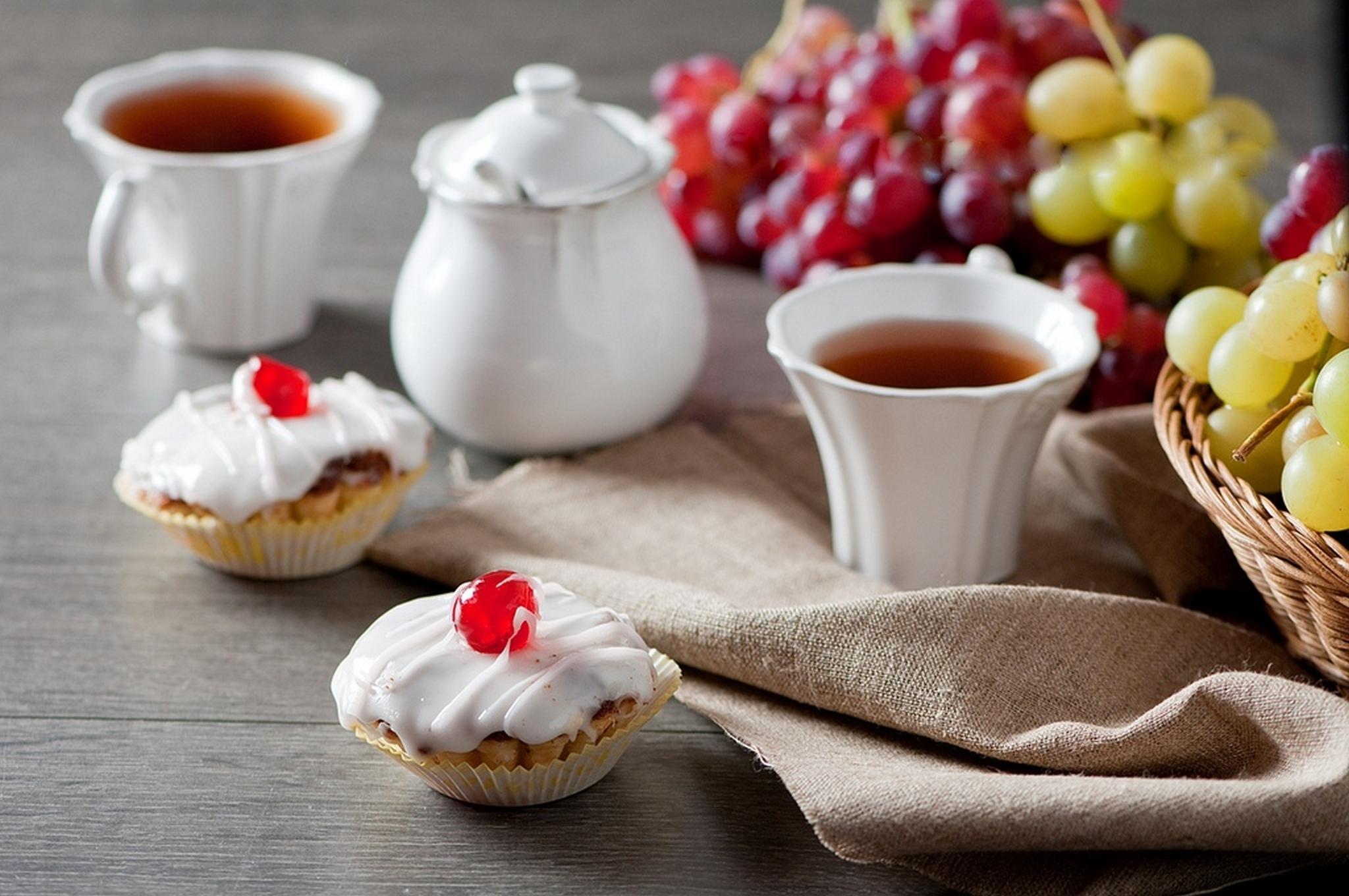 Пироженое с клюбникой и с чаем  № 2153833  скачать