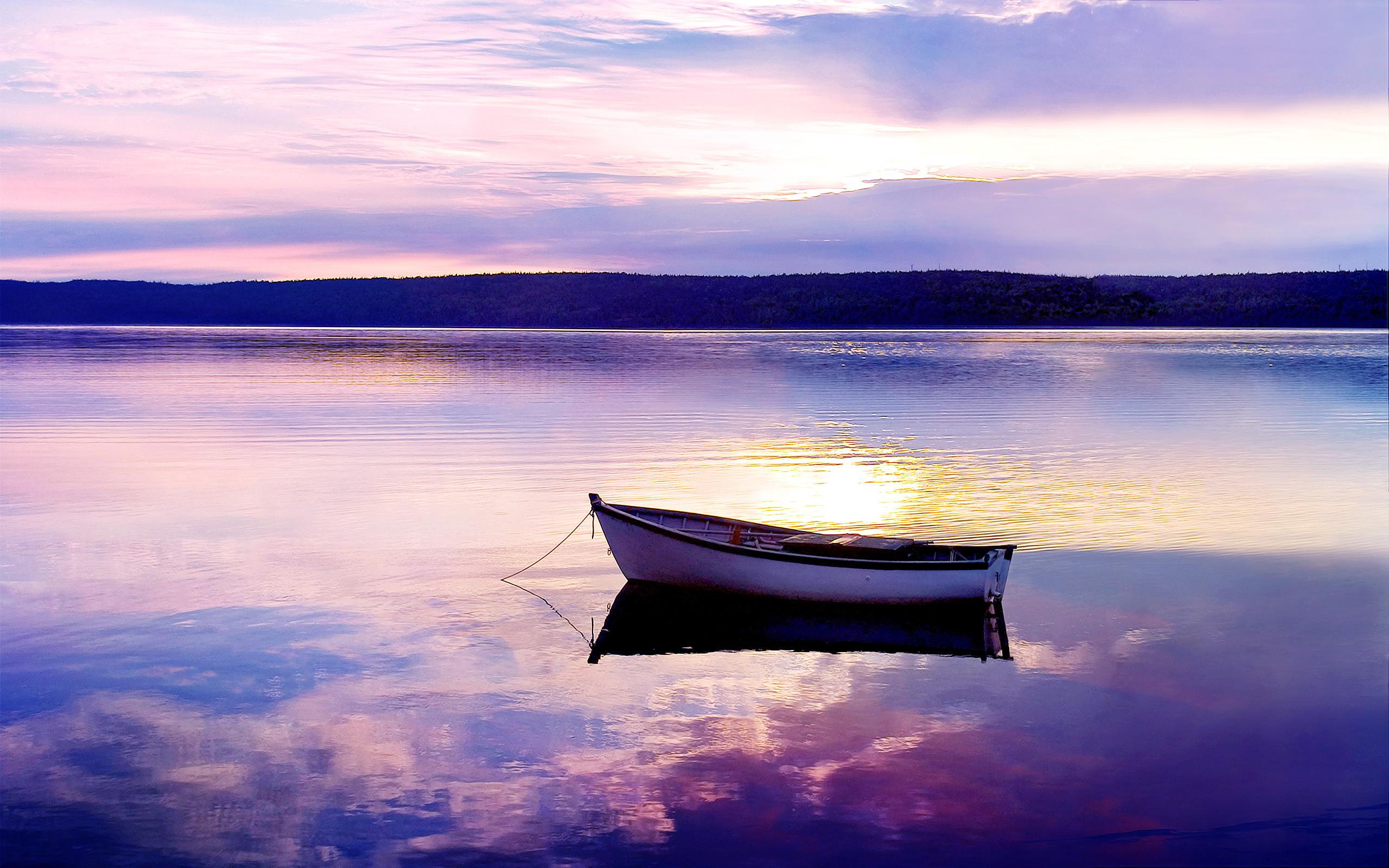 На лодке в горном озере  № 3062512 бесплатно