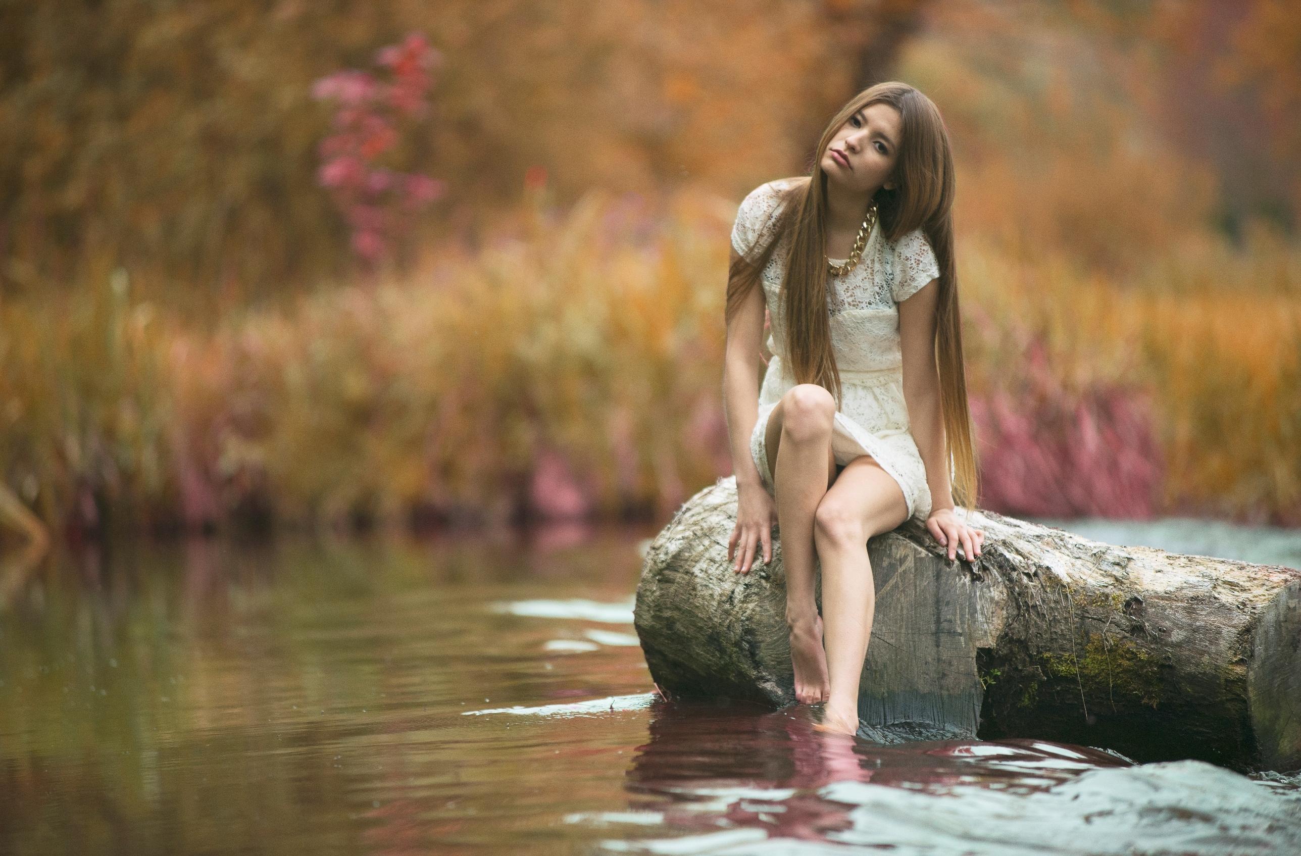 Хрупкая брюнетка прогуливается голышом возле озера  152847