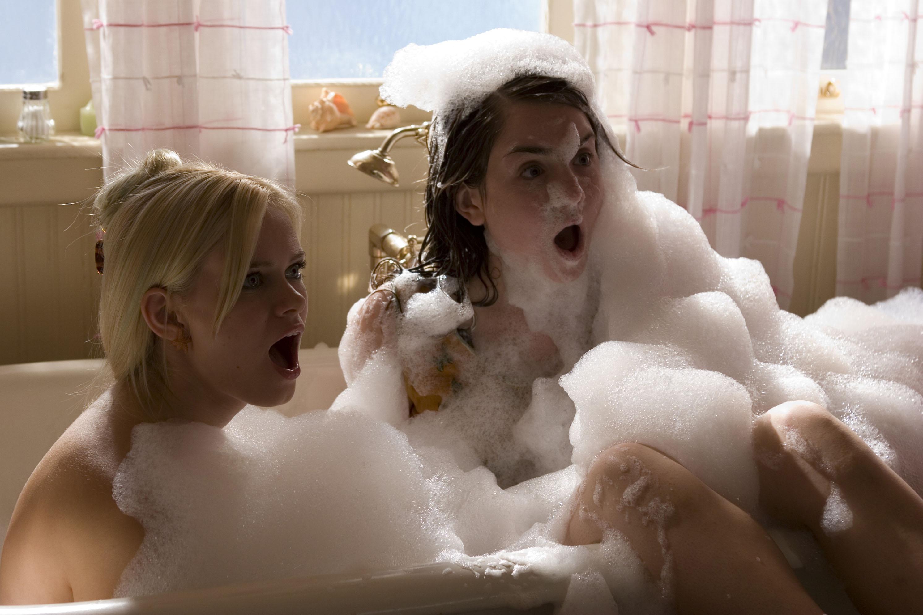 Сладенькая брюнетка моется в ванне одна  392523
