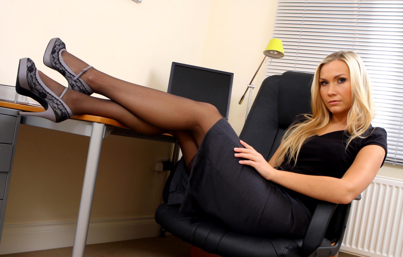 Зрелая блондинка на столе, лилипут ебет зрелую тетку порно