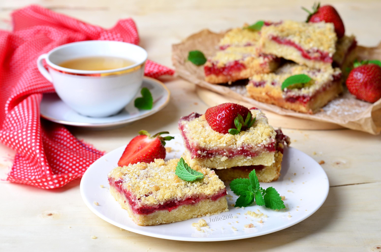Пироженое с клюбникой и с чаем  № 2153801 без смс