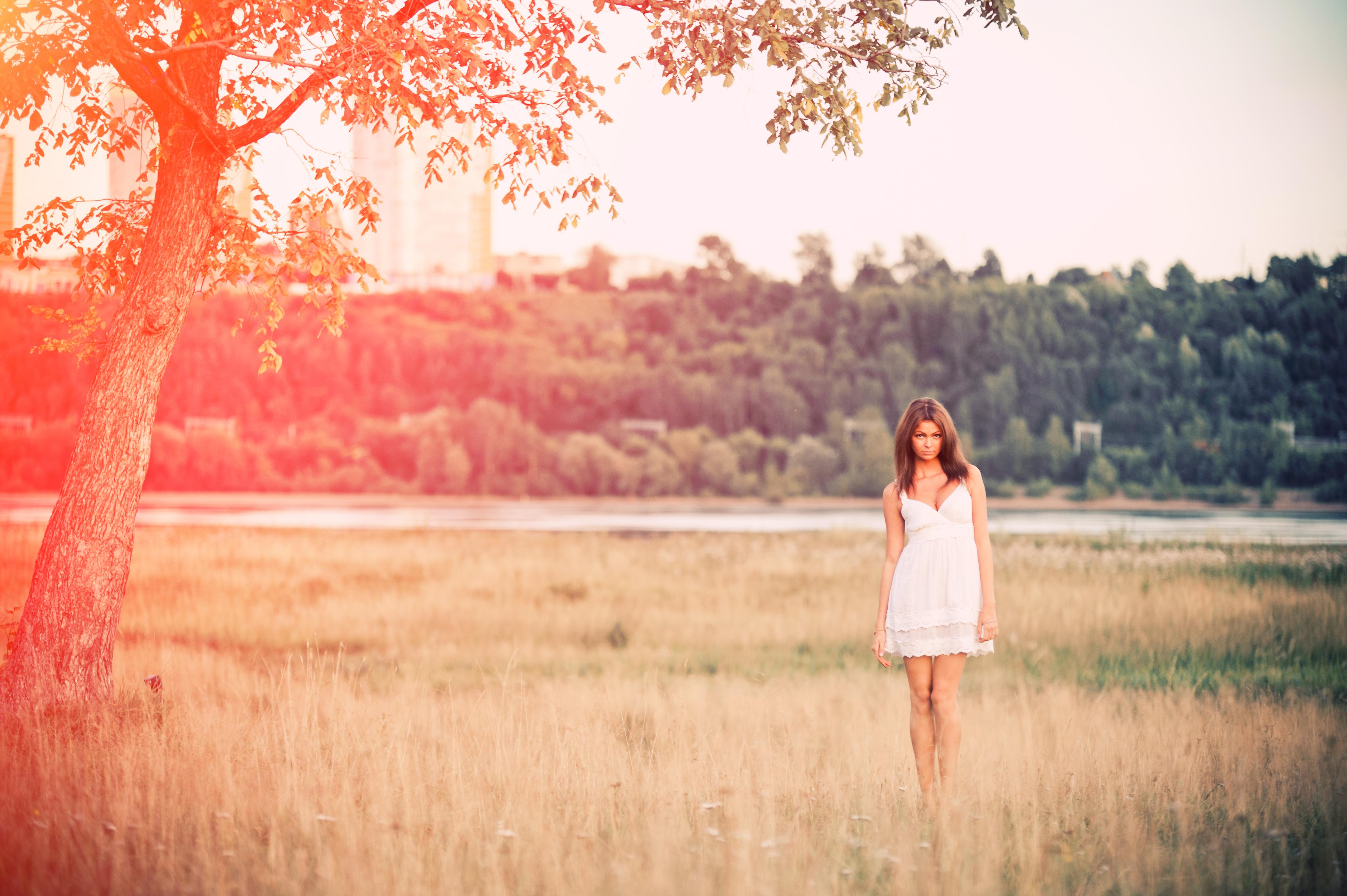 природа трава девушка черное платье  № 636856 загрузить