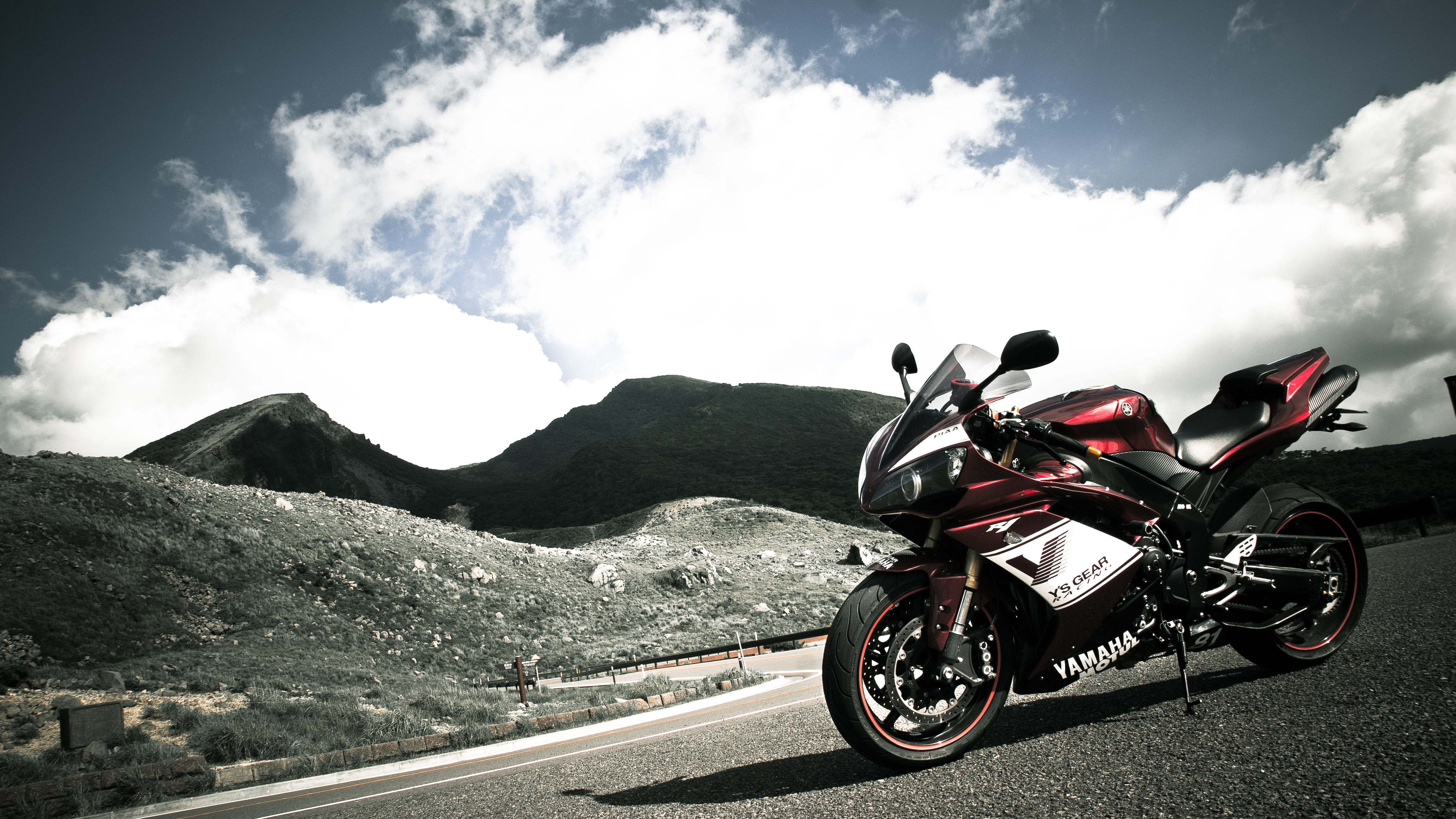 красный мотоциклы YAMAHA  № 1560839 бесплатно