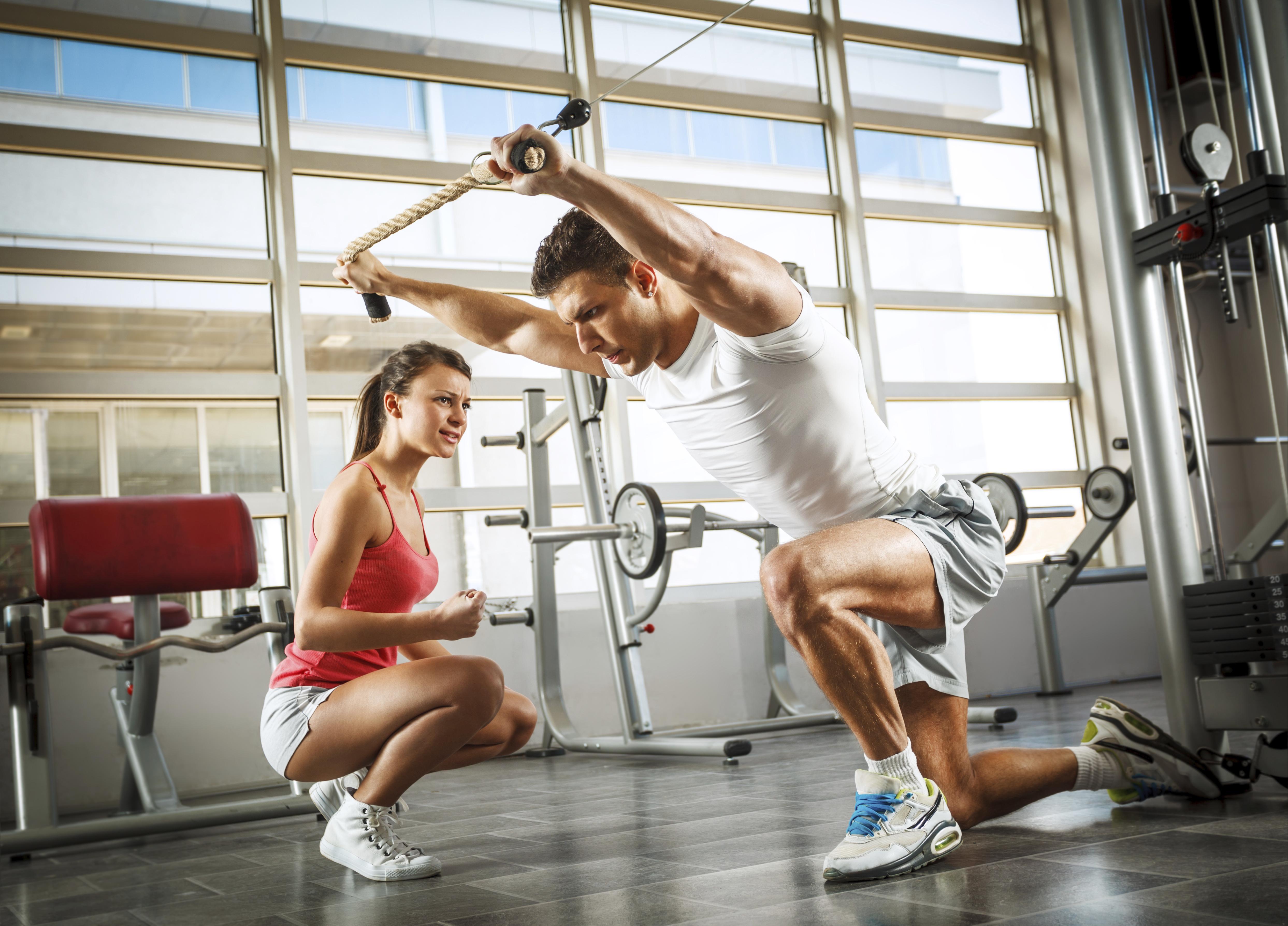 фитнес девушки борются с мужчинами шоу фото нужную