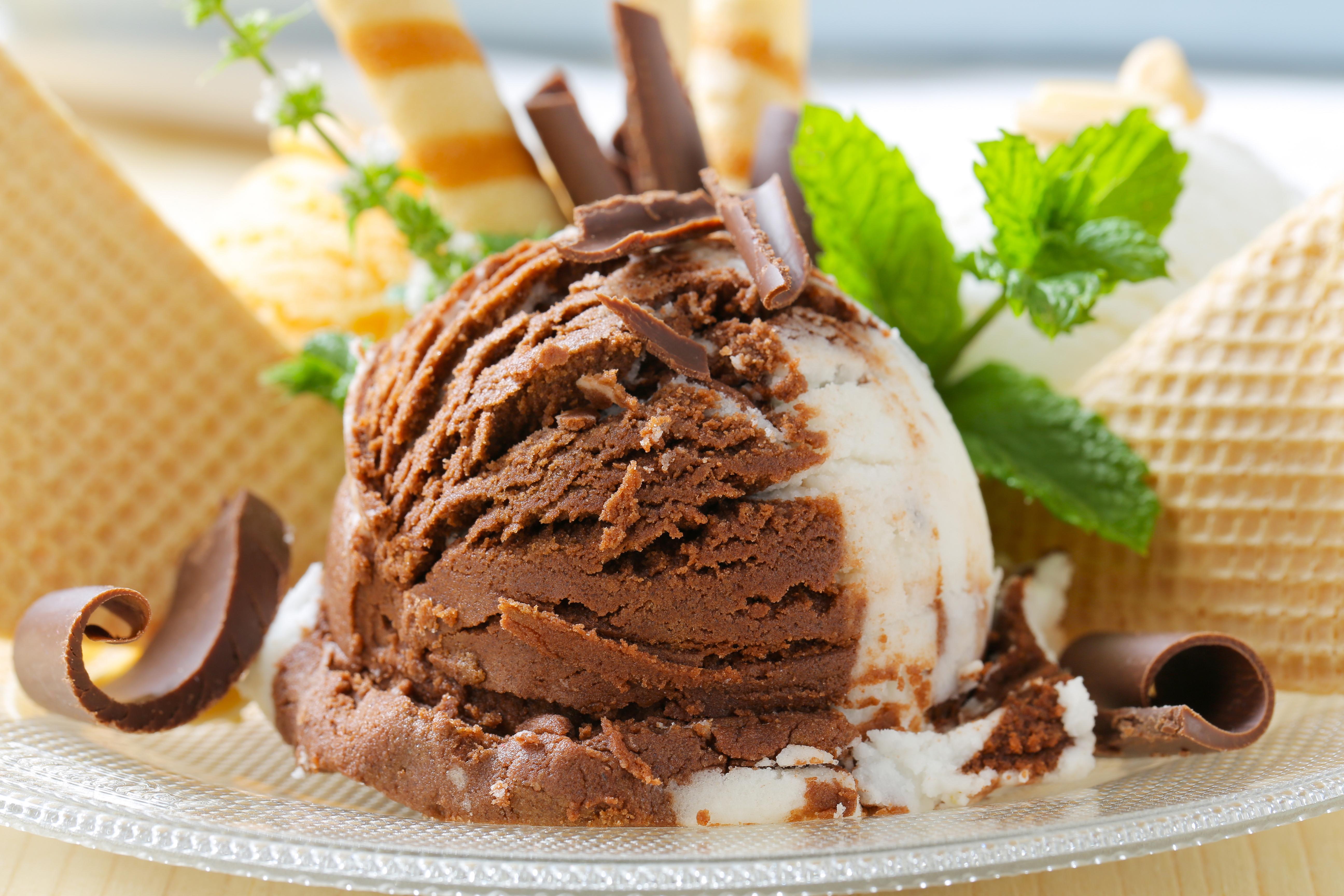 кремово-шоколадное мороженое  № 2279391 бесплатно