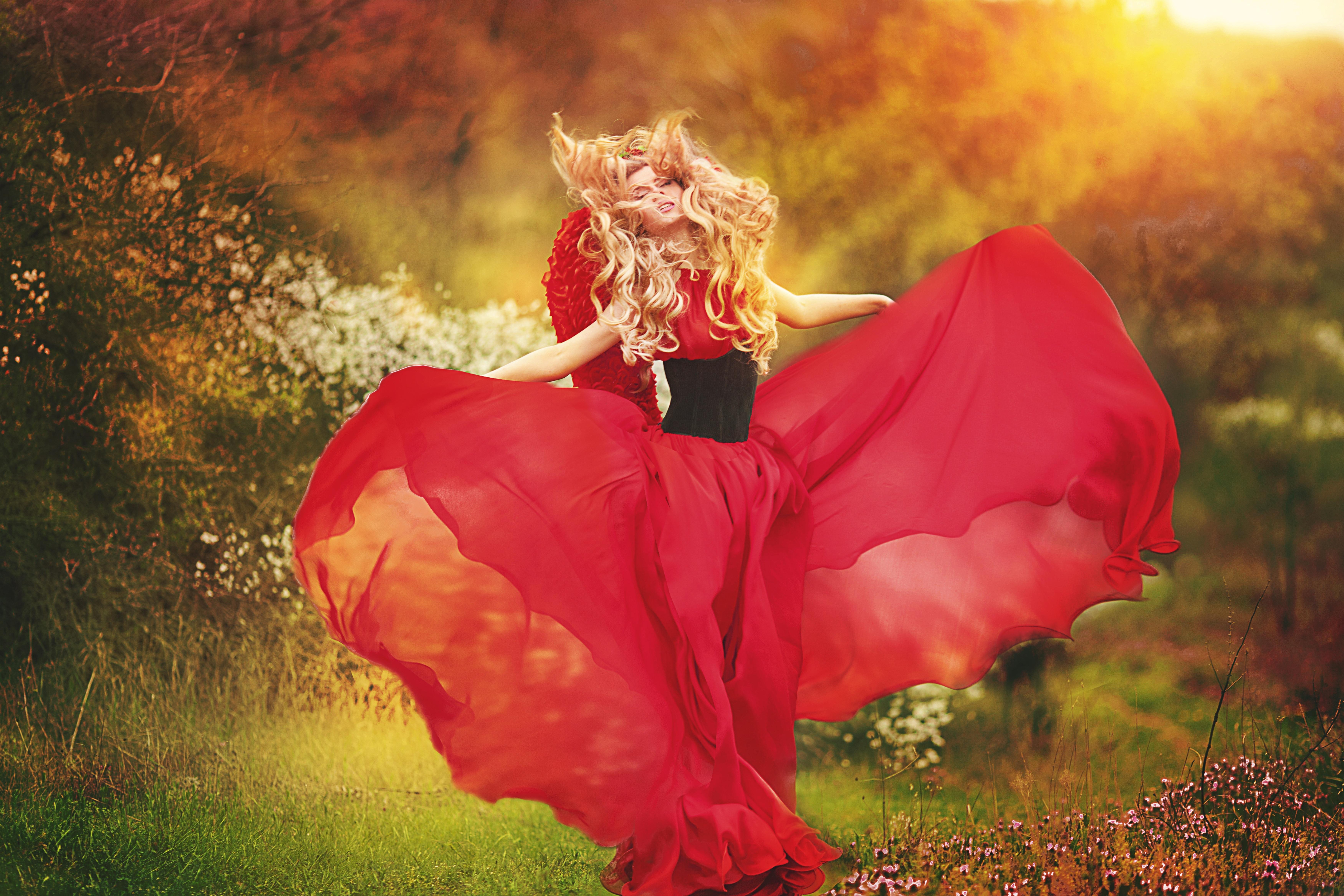 храп мужа девушка танцует в красном платье на природе приезде, надеется, что
