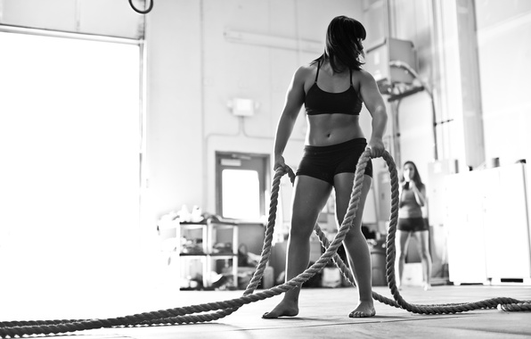 Picture woman, black and white, crossfit, thick ropes