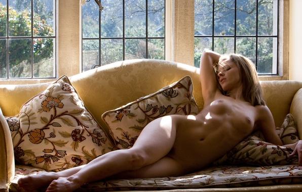 голая девушка лежит на диване картинки - 9