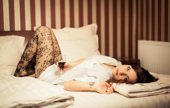 брюнетка отдыхает в постели фото