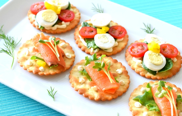 Picture greens, egg, crackers, tomatoes, sauce, appetizer, salmon, canapés
