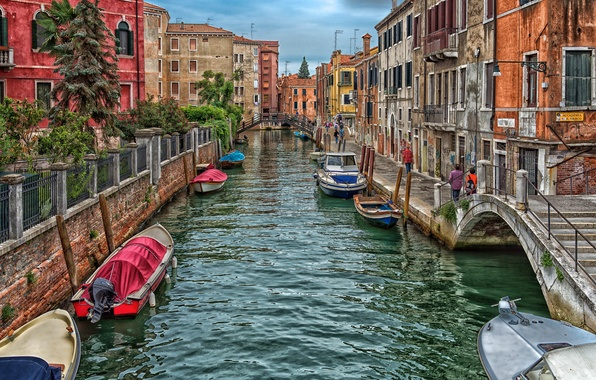 Picture the sky, clouds, bridge, people, home, boats, Italy, Venice, channel