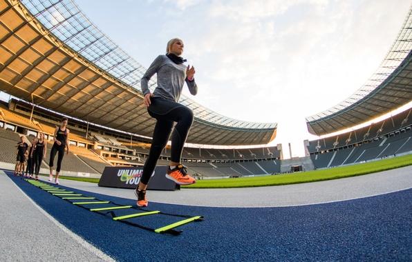 Picture blonde, athlete, training, running track, Maren schiller