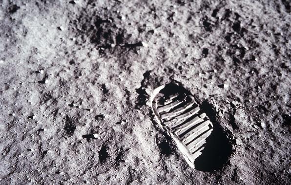 Picture the moon, trail, Apollo 11