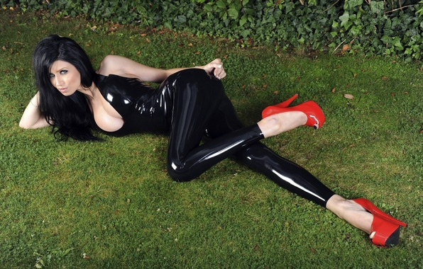 Picture model, brunette, latex, red shoes, black latex, sexy. girl, lies. grass