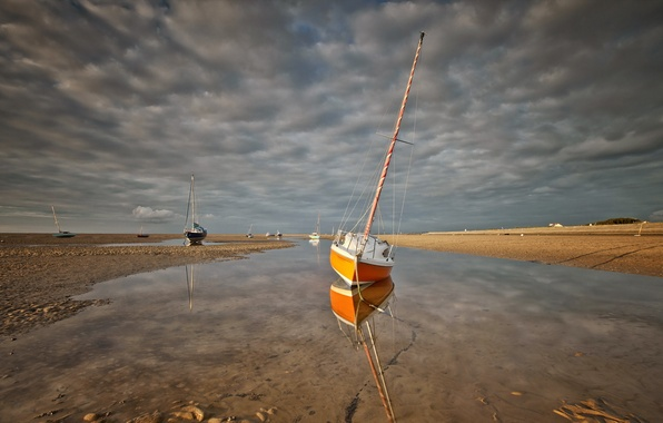 Picture sea, boats, stranded