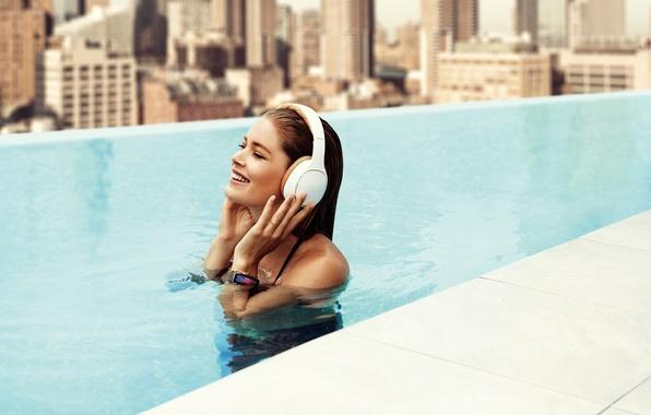 Picture joy, the city, smile, music, model, home, wet, pool, headphones, Doutzen Kroes, brunette, in the …