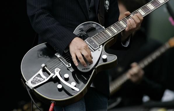 Picture guitar, concert, placebo, brian molko, Molko