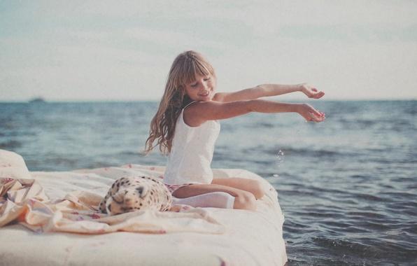 Picture sea, the sun, joy, girl