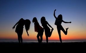 Picture sea, girls, silhouettes, movement