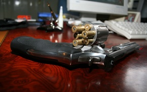 Picture table, bullet, revolver, drum