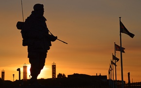 Picture the sun, sunset, weapons, silhouette, soldiers, Royal, equipment, commando, Marines of great Britain