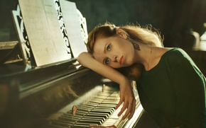 Picture girl, notes, piano, plan