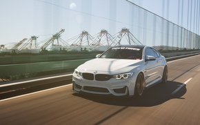 Picture car, white, in motion, BMW M4