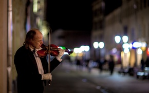Picture night, the city, street, violinist