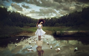 Picture girl, ships, puddle