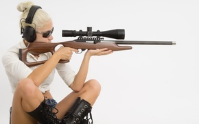 Picture woman, blonde, rifle, telescopic sight, .22, magnumlite 22 wmr