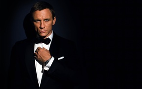 Picture the dark background, watch, costume, actor, male, 007, daniel craig, james bond