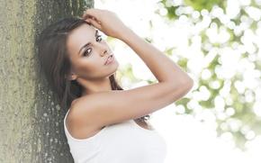 Picture look, girl, tree, foliage, model, brunette, t-shirt, brown eyes, Anita Sikorska