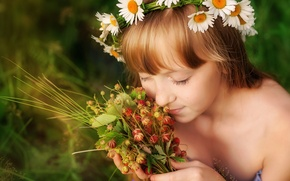Picture summer, joy, happiness, childhood, chamomile, girl, wreath, aroma, palm, bliss, meadow strawberry