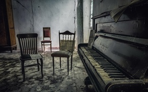 Picture notes, chairs, piano