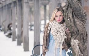 Picture model, makeup, scarf, coat, Lara Sargent