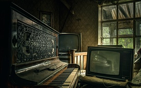 Picture room, piano, Piano and TV
