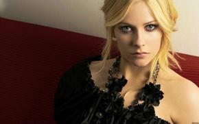 Picture singer, Avril Lavigne, black dress