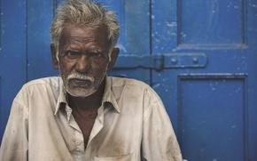 Picture diretc gaze, hard life, poverty, older man