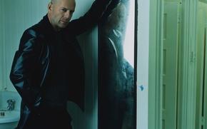 Picture the door, mirror, Bruce Willis, Bruce Willis, wall