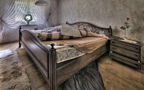 Picture room, bed, window