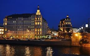 Picture lights, building, promenade